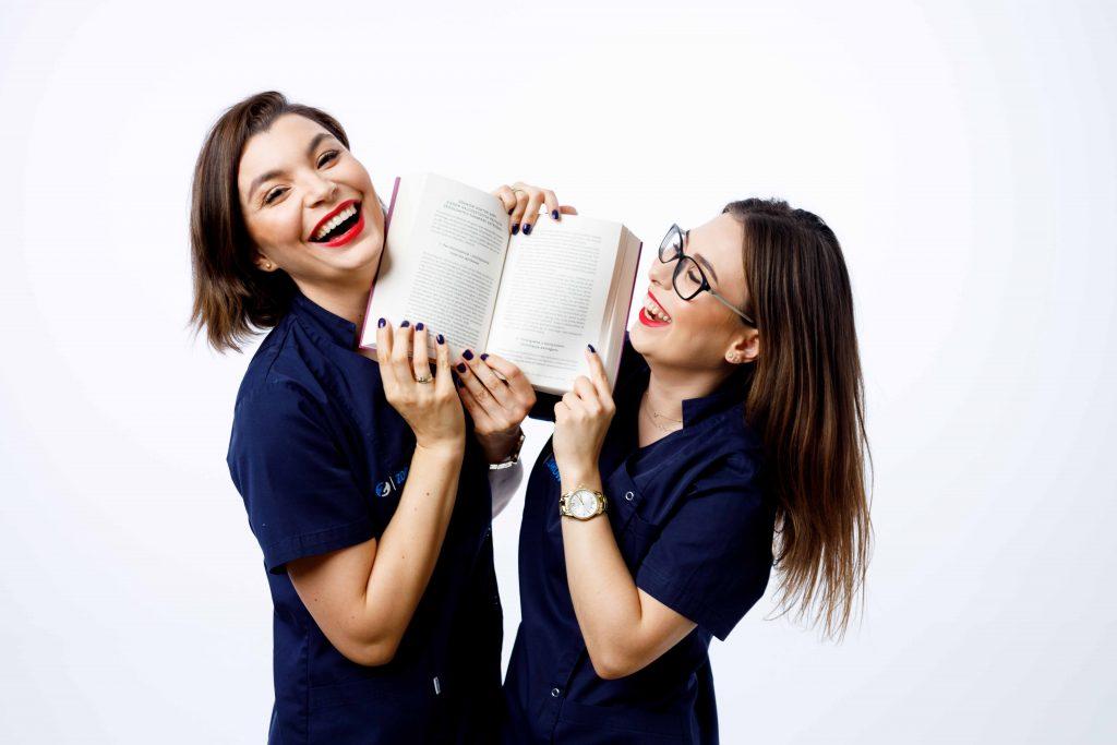 Ania i Magda z książką
